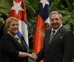 Bachelet apuesta por el comercio y la cooperación en su polémico viaje a Cuba